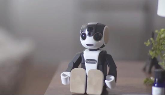 シャープのモバイル型ロボット「ロボホン」愛くるしい動画が公開中です。